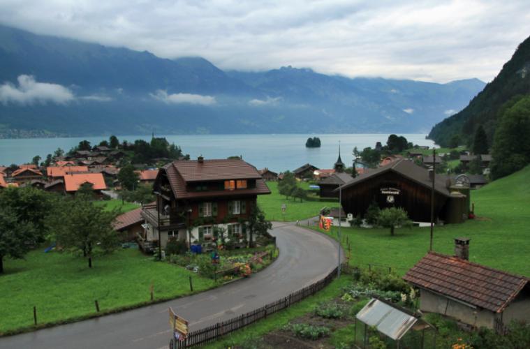 ce village en suisse offre 53000 euros ceux qui acceptent de s y installer un jour de r ve. Black Bedroom Furniture Sets. Home Design Ideas