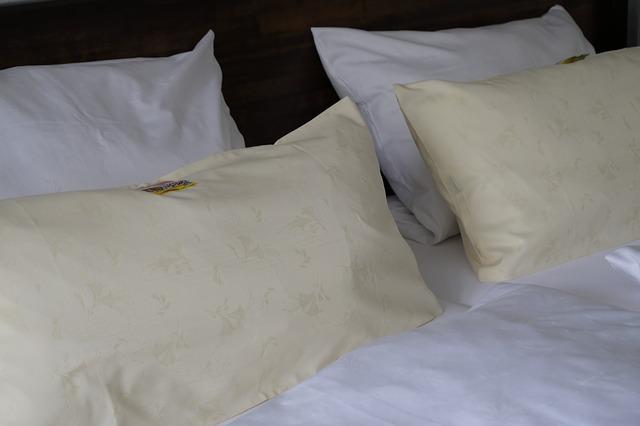 comment r cup rer vos oreillers jaunes sans d penser beaucoup d argent un jour de r ve. Black Bedroom Furniture Sets. Home Design Ideas