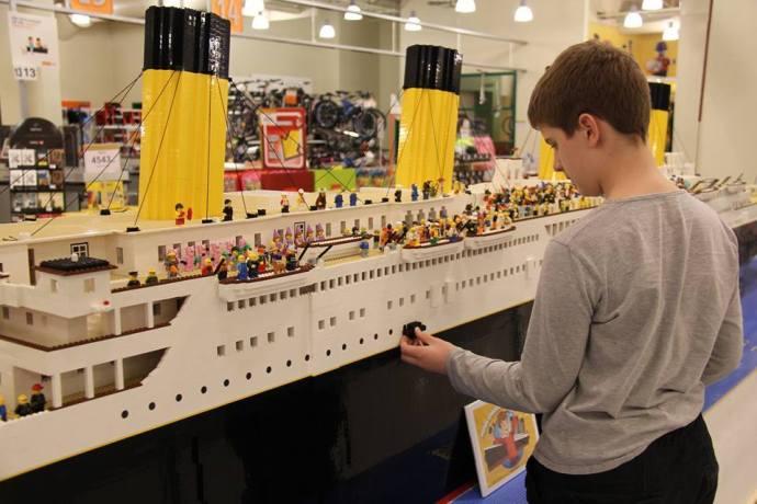 Réplique La Plus Construit Du Autiste Grande Petit Un Garçon Lego dxsrCBotQh